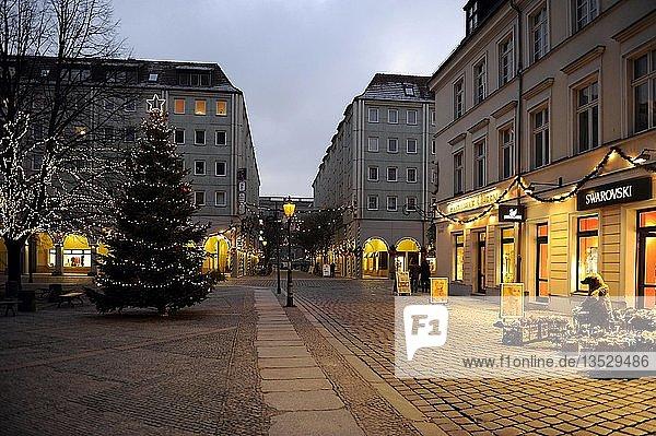 Nikolaiviertel am Abend  weihnachtlich geschmückt  Berlin  Deutschland  Europa