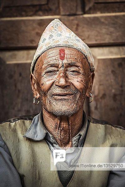 Newari Mann mit traditionellem Hut  Bandipur  Kathmandu Tal  Nepal  Asien