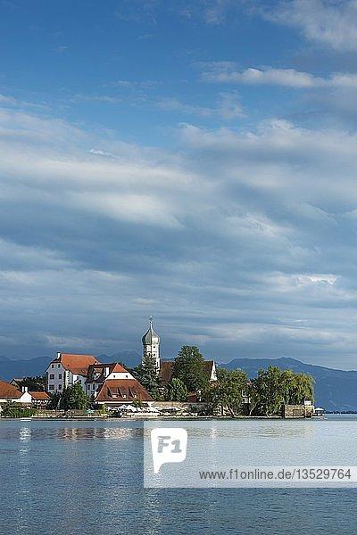 Blick von Nonnenhorn zur Halbinsel Wasserburg mit der barocken Kirche St. Georg  Bayern  Deutschland  Europa