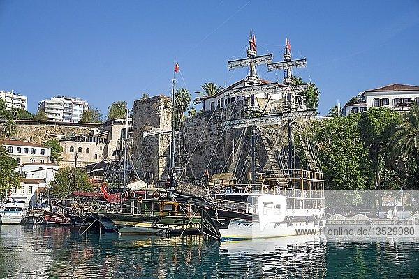 Ausflugsschiffe im Hafen der Altstadt Kaleici  Antalya  türkische Riviera  Türkei  Asien