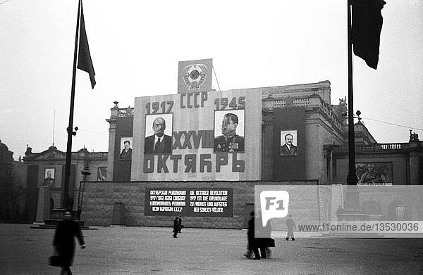 Lenin und Stalin  Propaganda an der Ruine des Neuen Theaters  1945  Leipzig  Sachsen  DDR  Deutschland  Europa