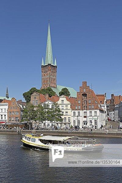 Petrikirche  Ausflugsboot auf Obertrave  Lübeck  Schleswig-Holstein  Deutschland  Europa