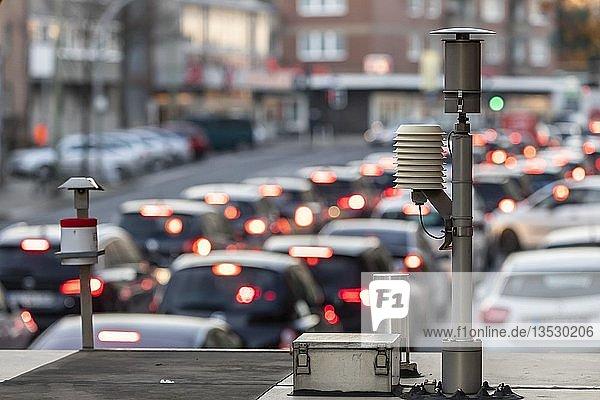Die Gladbecker Straße in Essen  B224  durch Luftverschmutzung stark belastete innerstädtische Straße in Essen  Teil einer möglichen Diesel Fahrverbots Zone in Essen  Luft Messstation  des LANUV  Landesamt für Natur Umwelt und Verbraucherschutz NRW  Nordrhein-Westfalen  Deutschland  Europa