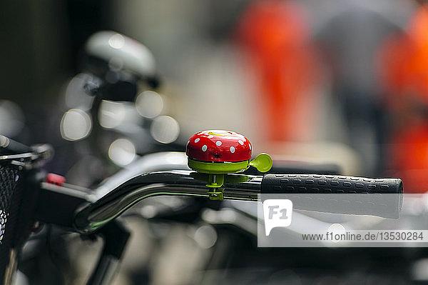 Gepunktete rote Fahrradklingel  Neuss  Nordrhein-Westfalen  Deutschland  Europa