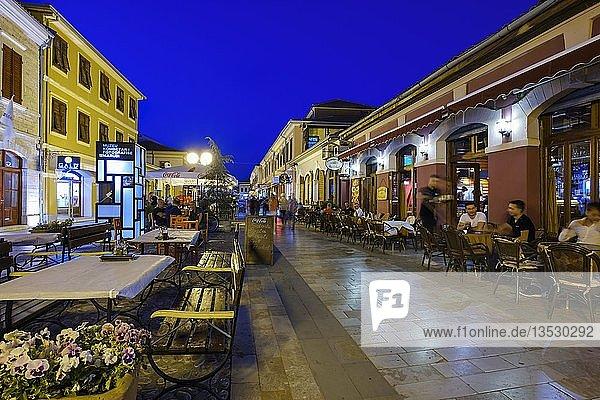 Fußgängerzone Rruga Kolë Idromeno im Stadtzentrum  Shkodra  Shkodër  Qark Shkodra  Albanien  Europa