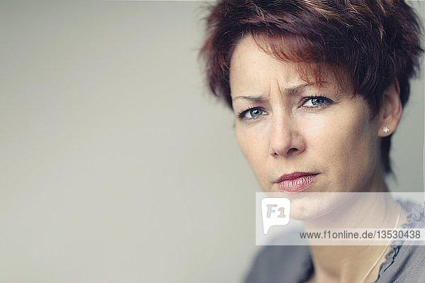 Junge Frau mit kurzen roten Haaren  Portrait