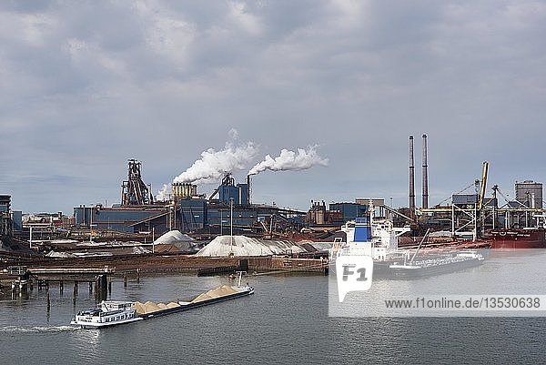 Stahlwerk der Firma Tata Steel an der Nordseeküste bei Amsterdam  Nordholland  Niederlande  Europa