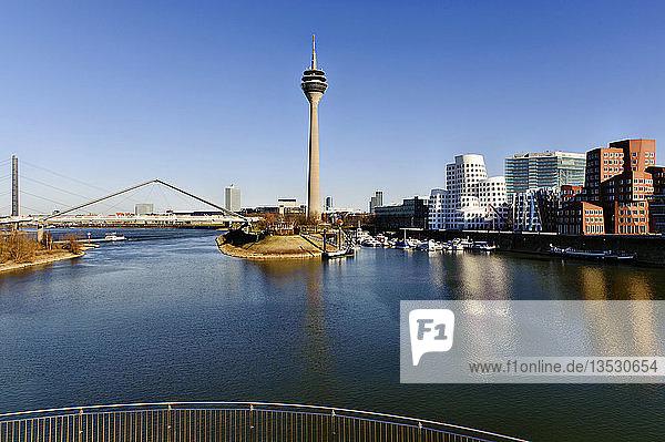 Stadtansicht Düsseldorf mit Rheinturm  Nordrhein-Westfalen  Deutschland  Europa
