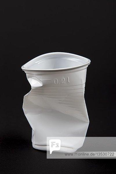 Einwegbecher  Plastikbecher  in Weiss  0  2 Liter  Trinkbecher  Einwegbecher  Plastikmüll  gebraucht  zerdrückt  zerknüllt