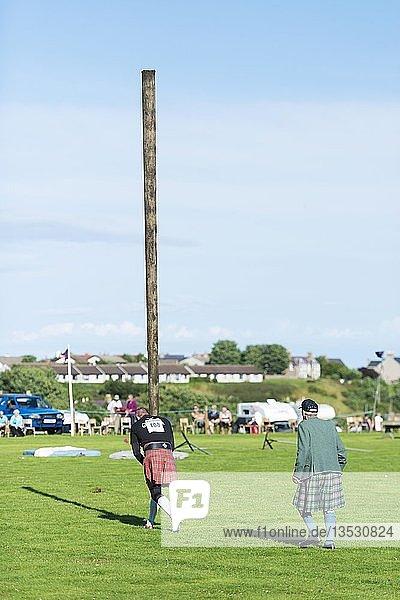 Baumstammweitwurf als sportliche Disziplin bei den traditionellen Highland Games in Helmsdale  Grafschaft Sutherland  Schottland  Großbritannien  Europa