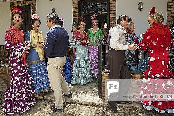Männer und Frauen in bunten Kleidern tanzen  Pfingsten  Wallfahrt von EL Rocio  Huelva-Provinz  Andalusien  Spanien  Europa