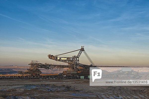 Schaufelradbagger am Rande des Tagebaus Garzweiler an einem Wintermorgen  Grevenbroich  Nordrhein-Westfalen  Deutschland  Europa  Deutschland  Europa