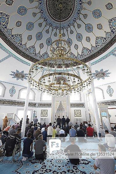 Freitagsgebet in der DITIB-Moschee Ransbach-Baumbach  Ransbach-Baumbach  Rheinland-Pfalz  Deutschland  Europa