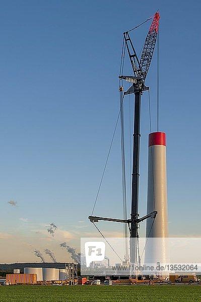 Baustelle eines neuen Windparkes  hinten ein Kohlekraftwerk  Grevenbroich  Nordrhein-Westfalen  Deutschland  Europa