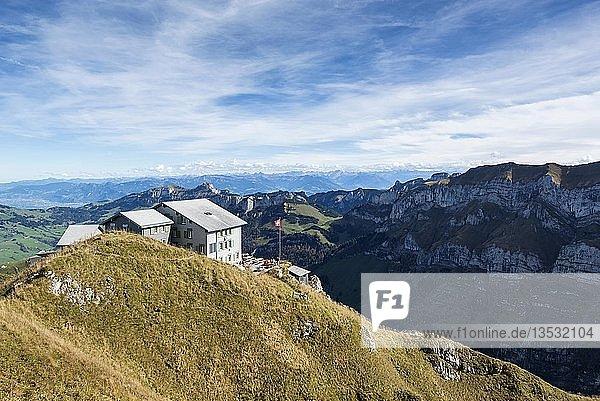 Berggasthaus Schäfler in den Appenzeller Alpen  dahinter der Hohe Kasten  Kanton Appenzell Innerrhoden  Schweiz  Europa