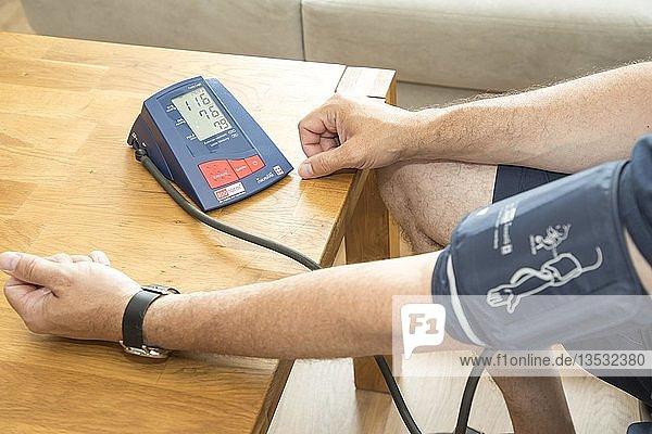 Blutdruckmessung  mit einem automatischen Oberarm Blutdruckmessgerät  Deutschland  Europa