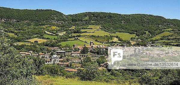 Das Dorf von Sainte Eulalie de Cernon  Regionaler Naturpark Grands Causses  Aveyron  Occitanie  Frankreich  Europa