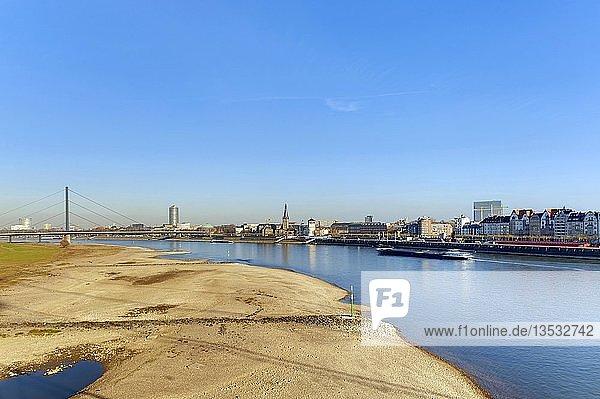 Rhein bei Düsseldorf mit niedrigem Wasserstand  im November 2011  Nordrhein-Westfalen  Deutschland  Europa