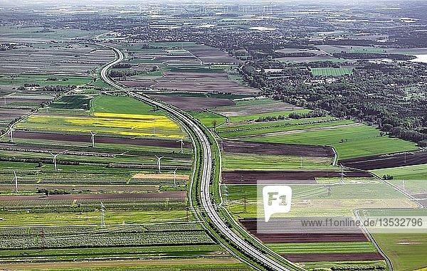 Agrarlandschaft mit Bundesautobahn BAB 26 zwischen Stade und Buxtehude  Altes Land  Niedersachsen  Deutschland  Europa