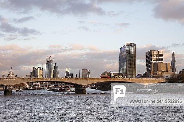 Skyline mit Waterloo Bridge an der Themse  Southwark  London  England  Großbritannien  Europa