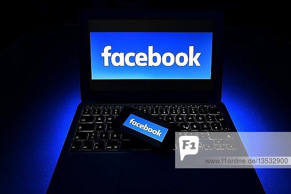Smartphone mit Logo Facebook auf Tastatur  Symbolbild Cybercrime  Computerkriminalität  Datenschutz  Deutschland  Europa