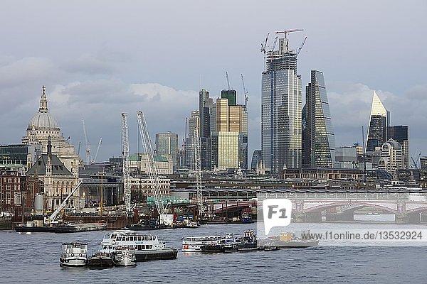 Panorama an der Themse mit St.Paul´s Cathedral und Blackfriars Bridge  London City  London  England  Großbritannien  Europa