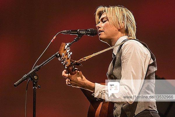 Die schwedische Singer und Songwriterin Anna Ternheim live beim 26. Blue Balls Festival in Luzern  Schweiz  Europa