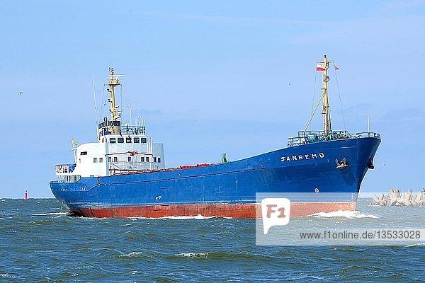 Frachter unterwegs in den Hafen von Swinemünde  Vorpommern  Polen  Europa