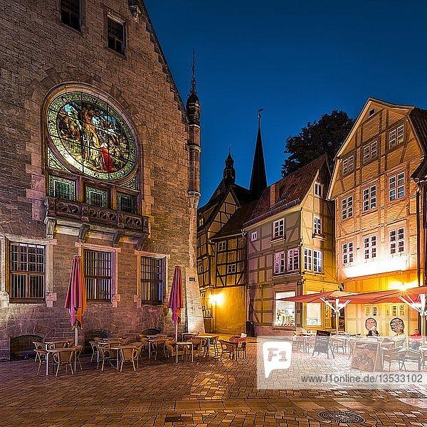 Fenster mit erleuchteter Glasmalerei am Rathaus,  Fachwerkhäuser,  Nachtszene,  UNESCO-Welterbe,  Quedlinburg,  Harz,  Sachsen-Anhalt,  Deutschland,  Europa