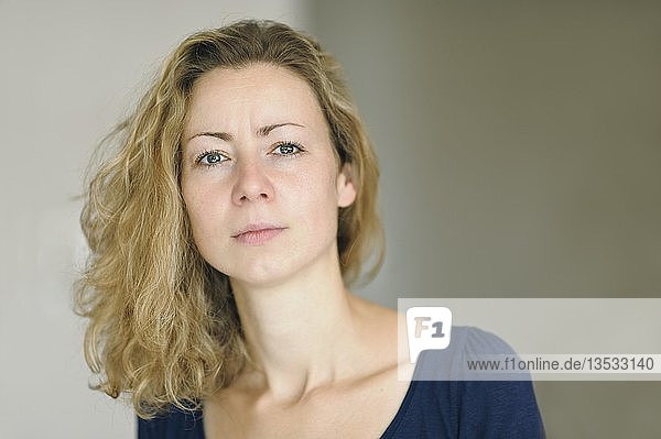 Junge blonde Frau  Porträt