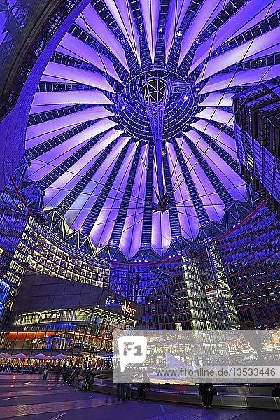 Innenhofbereich und Dach des Sony Centers am Potsdamer Platz  abends  Mitte  Berlin  Berlin  Deutschland  Europa