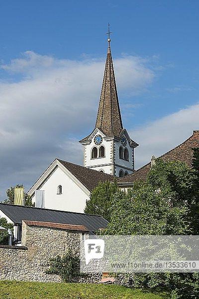Glockenturm der Evangelischen Kirche in der Altstadt von Diessenhofen  davor die historische Stadtmauer  Kanton Thurgau  Schweiz  Europa