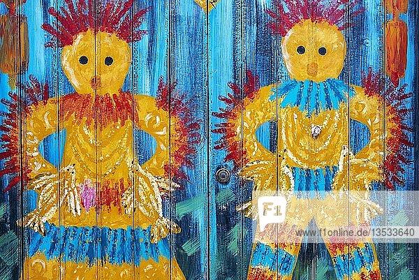 Frau und Mann  kunstvoll bemalte Haustür  Malerei  Straßenkunst  Funchal  Madeira  Portugal  Europa