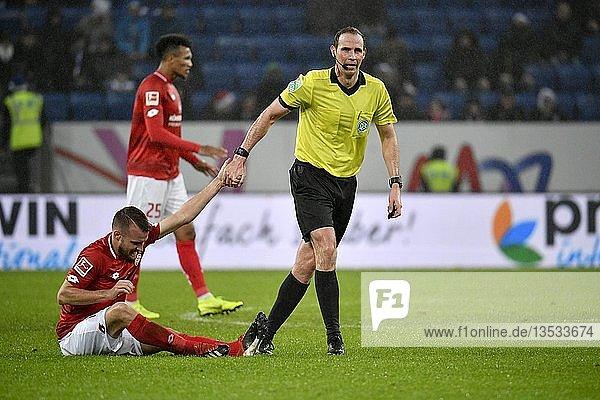 Schiedsrichter Sascha Stegemann hilft Daniel Brosinski 1. FSV Mainz 05 auf die Beine  Fairplay  Wirsol Rhein-Neckar-Arena  Sinsheim  Baden-Württemberg  Deutschland  Europa