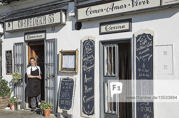 Kellnerin im Restaurant Corredera 55 in Vejer de la Frontera  Cadiz-Provinz  Andalusien  Spanien  Europa