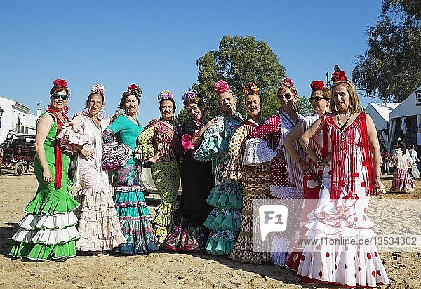 Frauen in bunten Kleidern  Pfingsten  Wallfahrt von EL Rocio  Huelva-Provinz  Andalusien  Spanien  Europa