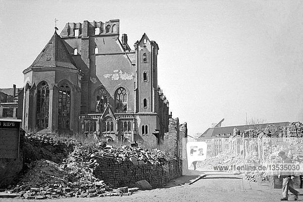 Ruine der Matthäikirche  abgerissen 1949  Foto von 1948  im Hintergrund die Hauptfeuerwache  Große Fleischergasse   Leipzig  Sachsen  DDR  Deutschland  Europa