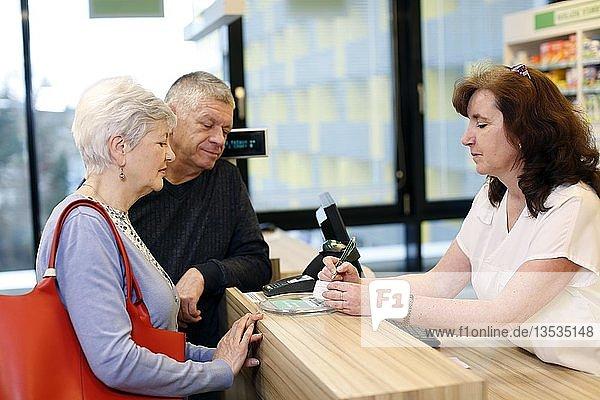 Ehepaar wird in einer Apotheke von Apothekerin beraten  Tschechien  Europa