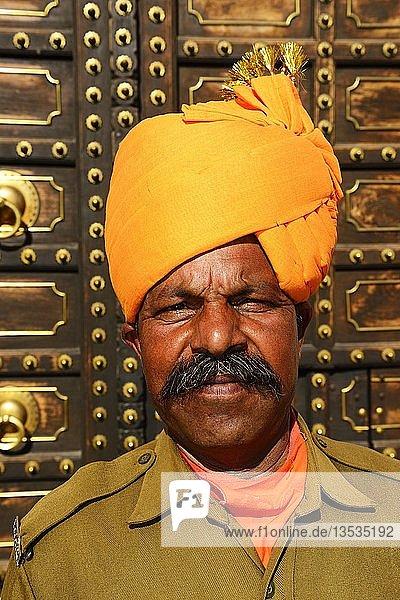 Wächter vor dem Stadtpalast  Portrait  Jaipur  Rajasthan  Indien  Asien