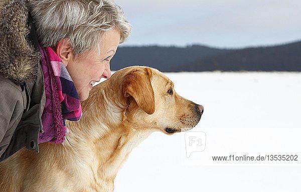 Frau mit Golden Retriever im Schnee  Thüringen  Deutschland  Europa