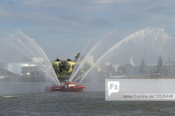 Feuerlöschboot mit Wasserfontänen an den Landungsbrücken  Hamburg  Deutschland  Europa