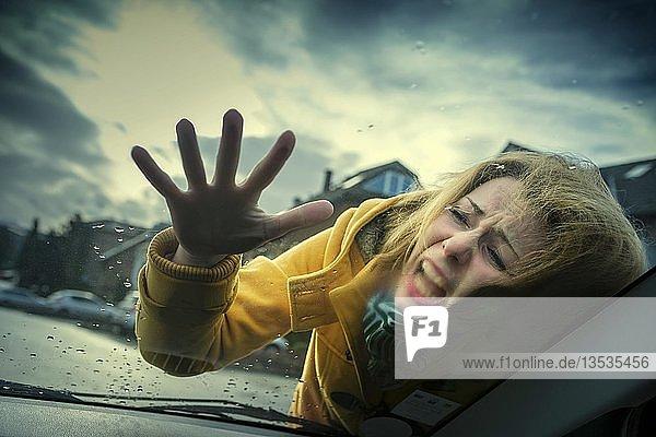 Junge Frau schlägt bei einem Unfall auf die Frontscheibe eines PKW auf  Grevenbroich  Nordrhein-Westfalen  Deutschland  Europa