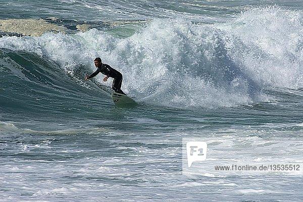 Surfer  Brandung an der Pointe de la Torche  Bretagne  Frankreich  Europa