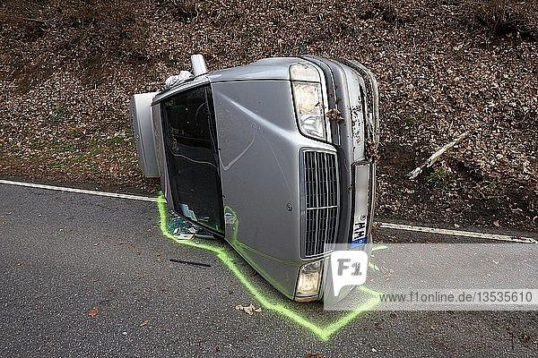 Ein PKW hat sich bei einem Unfall auf der L307 Vallendar zwischen Vallendar und Höhr-Grenzhausen überschlagen. Dabei wurden vier Personen verletzt.  Vallendar  Rheinland-Pfalz  Deutschland  Europa