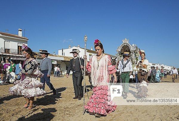 Leute in traditioneller Kleidung  Pfingsten  Wallfahrt von EL Rocio  Huelva-Provinz  Andalusien  Spanien  Europa