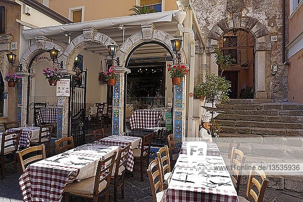 Restaurant an der Corso Umberto I  Altstadt von Taormina  Sizilien  Italien  Europa