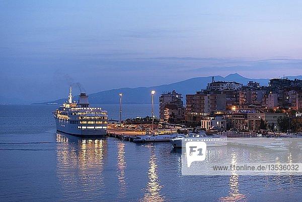Kreuzfahrtschiff  Fährhafen bei Nacht  Saranda  Ionisches Meer  Albanien  Europa