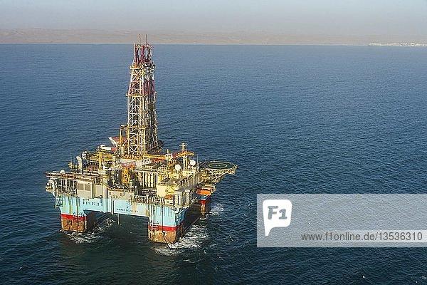 Luftaufnahme einer Ölplattform vor der Küste von Walvis Bay  Namibia  Afrika