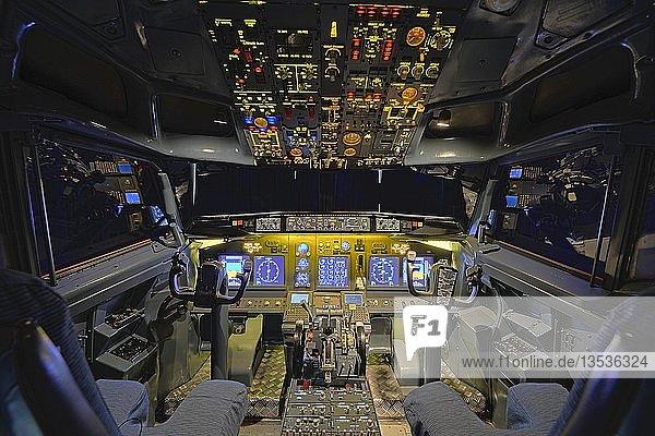 Blick in das Cockpit einer Boeing 737 - 700 des Flugsimulators der Firma Wulff/Zellner GbR  Berlin