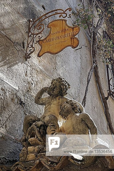 Steinskulpturen an einem Antiquitätengeschäft in der Altstadt von Taormina  Sizilien  Italien  Europa